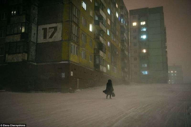 俄羅斯城市Norilsk是世界最北的城市之一,極寒、孤立、嚴重汙染,還有著悲情歷史。(圖/言人文化提供)