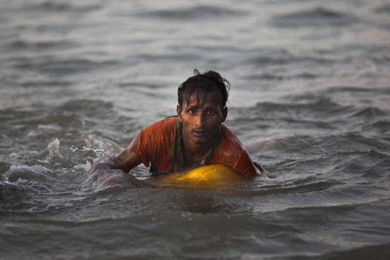11月4日,19歲的羅興亞難民阿布度(Abdul Karim)靠著一只黃色塑膠油桶渡過河,從緬甸逃到孟加拉(AP)