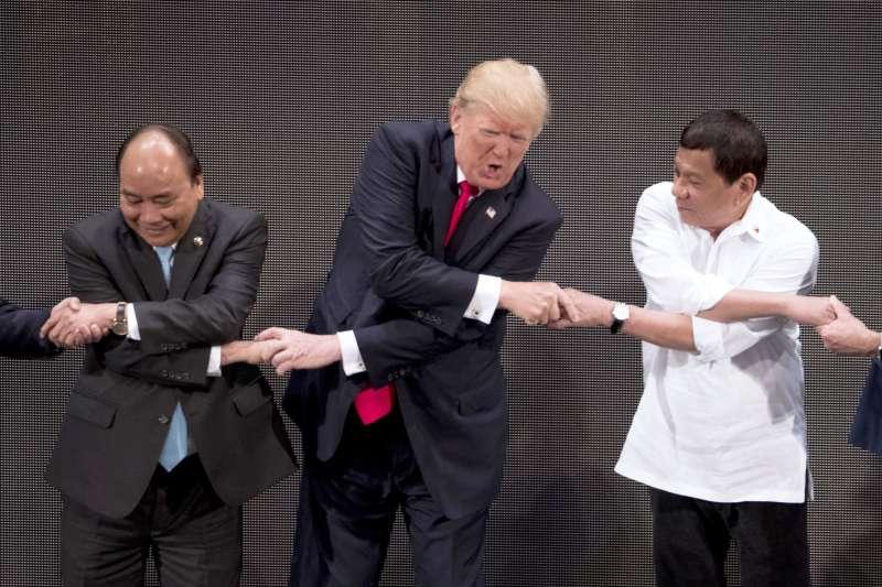 東協各國領導人合照的傳統握手方式,對美國總統川普而言似乎很吃力(AP)