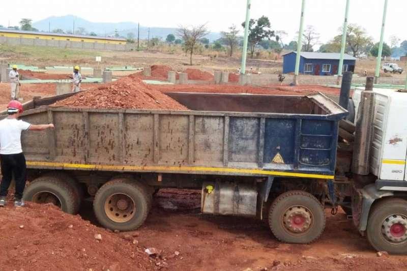 福建開源集團在尚比亞的一處建築工地。(美國之音)