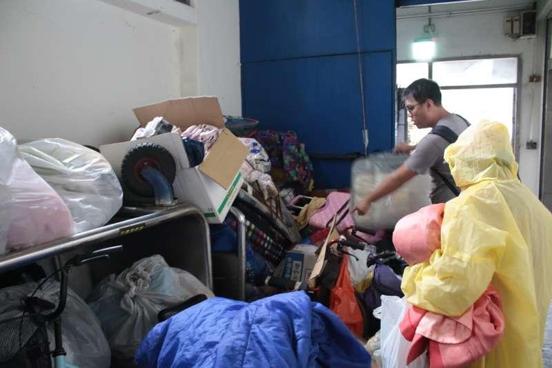 台北車站站務人員13日上午執行日前公告,清除車站周邊街友家當、移至東邊垃圾場,在台灣人權促進會副秘書長施逸翔前往制止後,才讓行李被堆置於垃圾場走廊盡頭,免於被倒入垃圾車的命運。(人權團體提供)