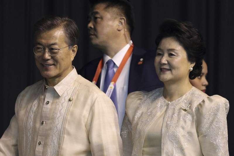 南韓總統文在寅和妻子金正淑。(美聯社)