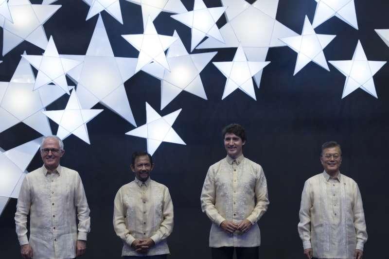 南韓總統文在寅(右一)出席在馬尼拉舉行的東亞峰會。(美聯社)