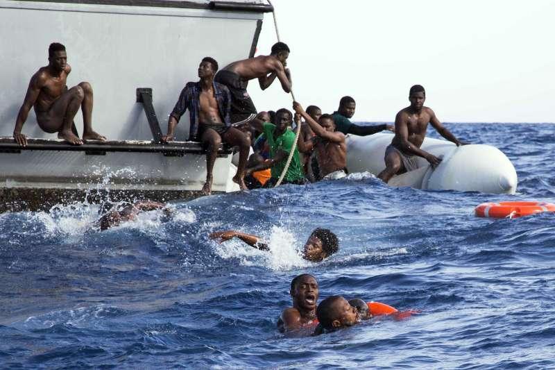 2017年11月,地中海,一艘從利比亞出發、即將中途沉沒的難民船(AP)