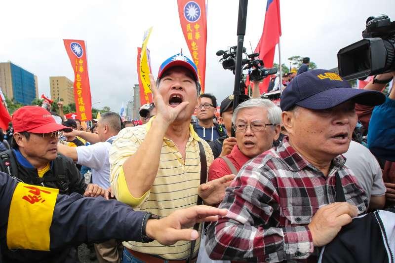 20171114-八百壯士14日舉行反年改遊行,於凱道前與警方發生些微推擠拉扯。(顏麟宇攝)