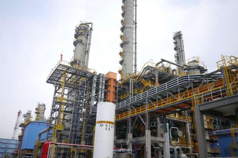 作者指出,高雄市林園工業區是屏東長期的污源源,但高雄市的空汙補助竟然多達屏東縣的13倍,形同所謂的「賠償在林園」、「污染在屏東」。(資料照,台灣中油公司提供)