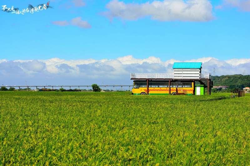 或綠或黃的稻浪一望無際,令人心曠神怡。(圖/不只是一個人的台灣觀光局@Facebook)