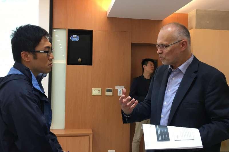 德國尤里希研究中心社會科學家、柏林自由大學科學新聞學客座教授彼得斯(Hans Peter Peters)(右)。(魏嘉瑀/攝)