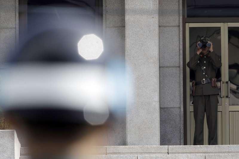 在板門店以望遠鏡觀察南韓側的北韓士兵。(美聯社)