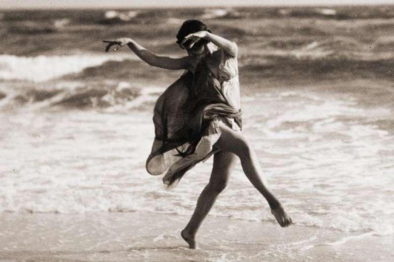 現代舞之母—鄧肯才華洋溢、敢愛敢恨,擁有最自由的靈魂卻命途多舛,子女、丈夫都慘死,最後自己也難逃劫難死於非命。(圖/言人文化提供)