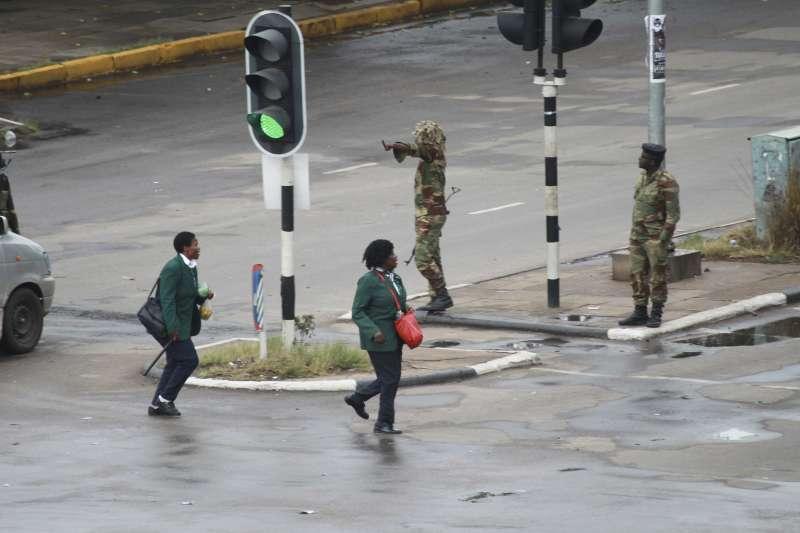 辛巴威首都哈拉雷15日仍隨處可見國防軍的身影。(美聯社)
