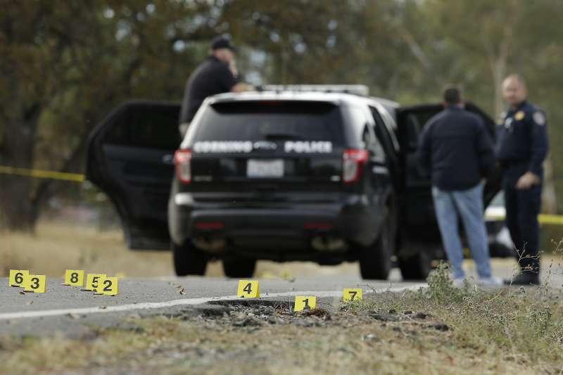 美國加州槍擊案,正在偵辦案件的警察、以及地上的槍著點標記。(美聯社)