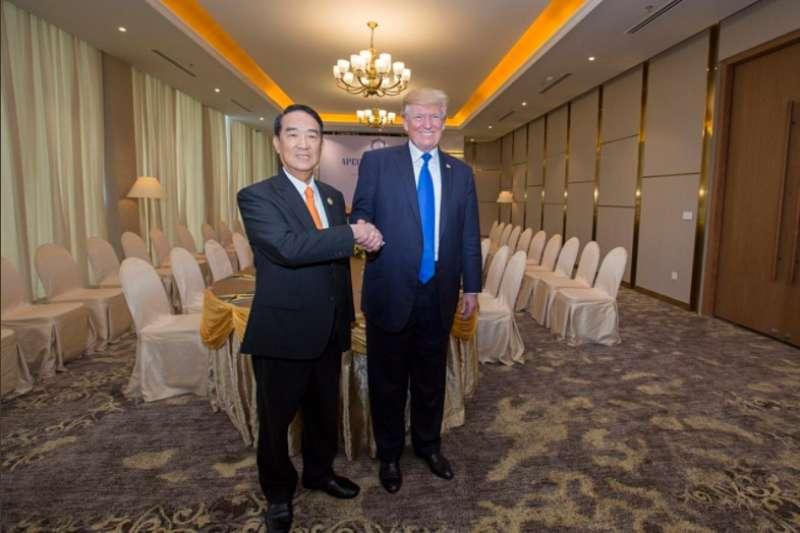 2017年親民黨主席宋楚瑜在APEC領袖高峰會與美國總統川普合照,蔡英文總統特別在推特PO文,強調台美關係穩健。(取自蔡英文Twitter)