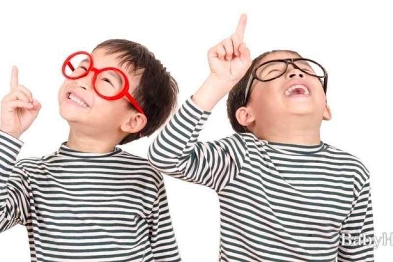 讓孩子知道,人不能一味只想展現自己的所有,同時也必須去考慮、留意周圍他人的感受。(示意圖/babyHome提供)