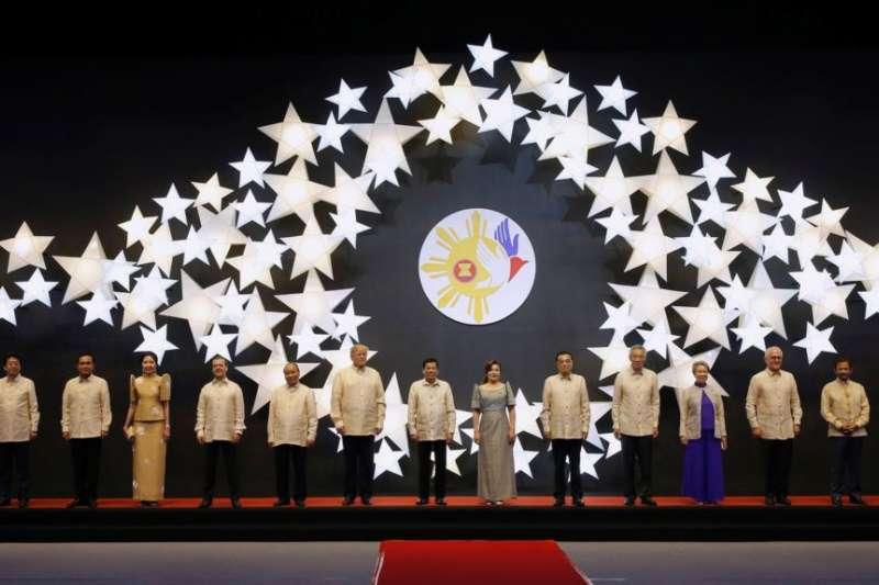 圖為東協各國領導人和美中日加四國領導人身穿菲律賓服裝在馬尼拉參加東盟晚宴。(資料照,AP)