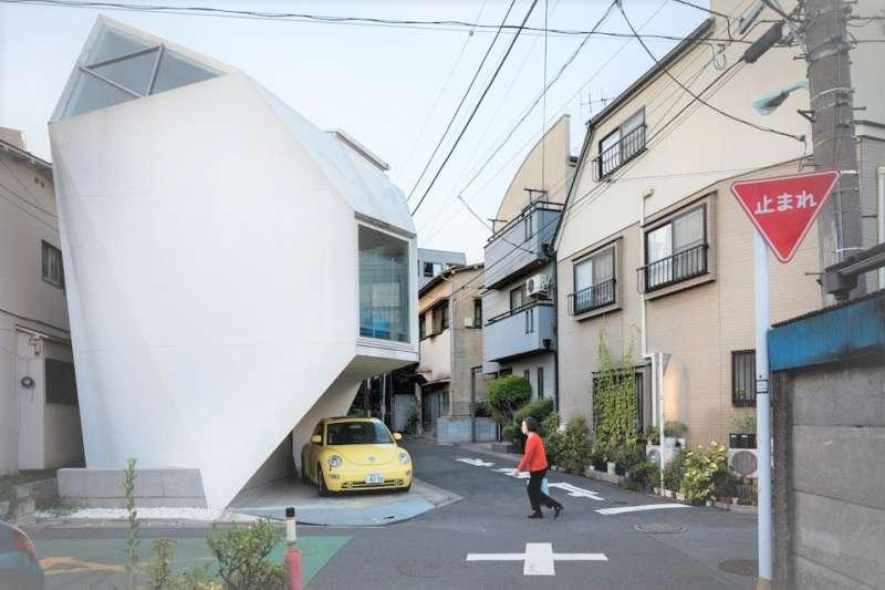 東京的巷弄是去日本旅行必逛的風景,這裡的街區看似整齊、卻又各有特色,創意住宅讓旅人非常驚豔。(圖/言人文化提供)