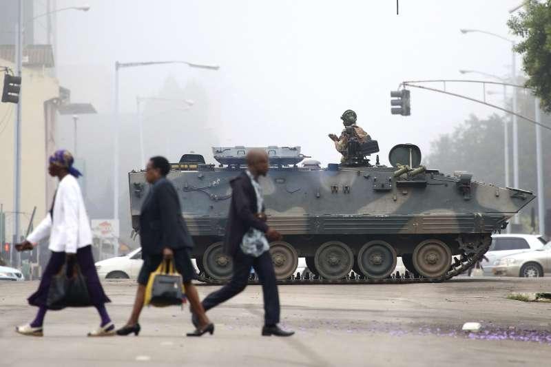 辛巴威軍隊15日進駐首都、軟禁總統穆加比夫妻,但街頭並未出現動亂。(美聯社)