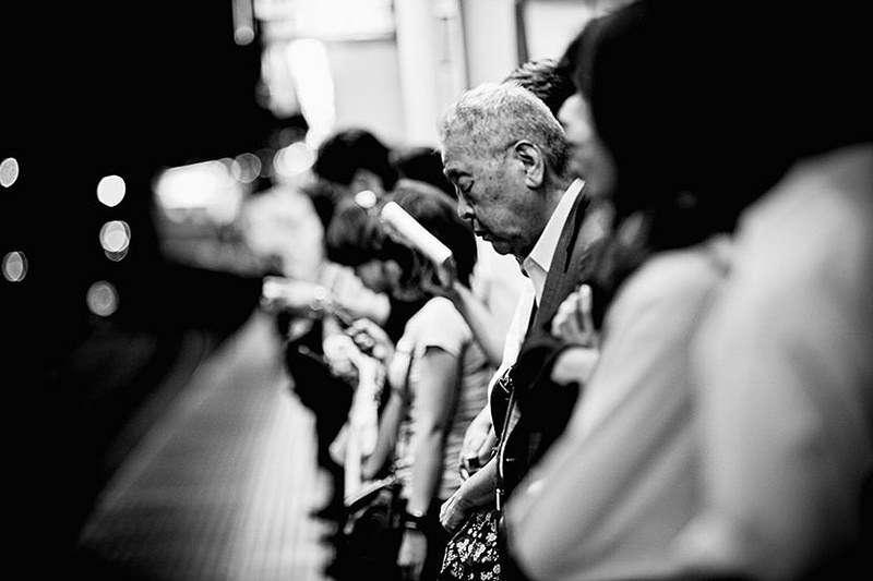 日本上班族以公司為家、超長工時的消息時有所聞,長時間的疲勞與壓力,造就了無數難以挽回的悲劇。(圖/言人文化提供)