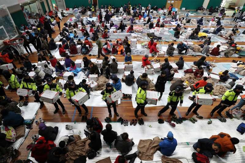 南韓遭遇史上第二強震襲擊,浦項體育館收容了超過1500位災民。(美聯社)