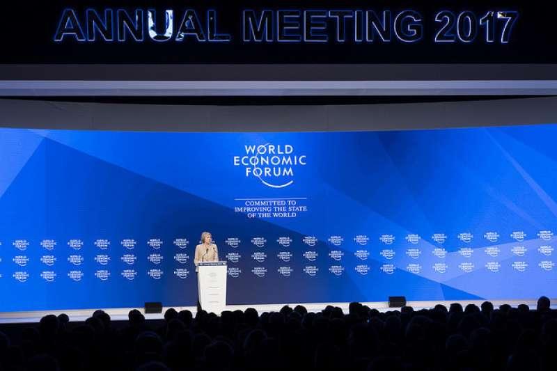世界經濟論壇(WEF)每年冬季於瑞士滑雪勝地達沃斯(Davos)舉辦年會,歷次論壇均聚集全球工商、政治、學術、媒體等領域的領袖人物,討論世界所面臨最緊迫問題。圖為英國首相梅伊於2017年世界經濟論壇年會上進行演說。(取自世界經濟論壇網站)