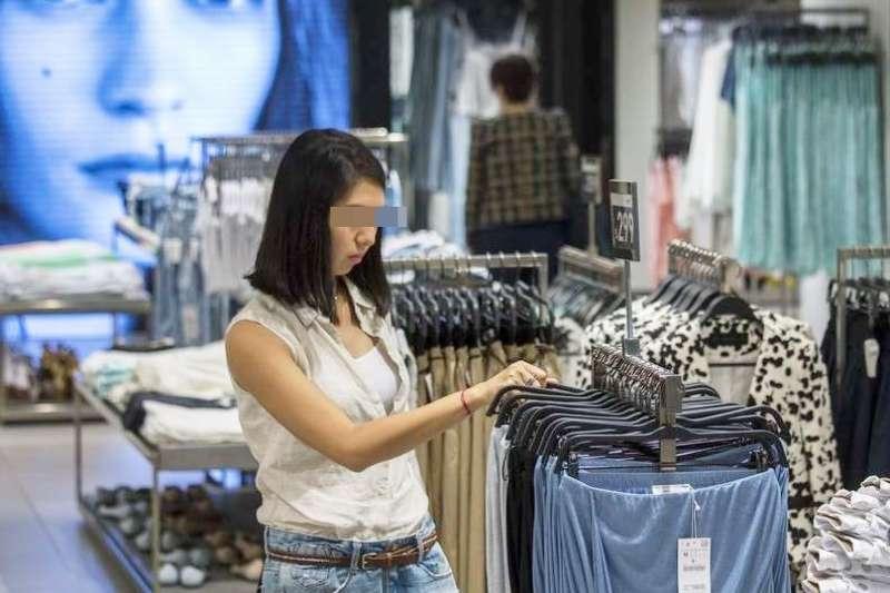 快時尚的服飾或許平價,但消費者與環境要付出的隱形代價,是難以估算的...(圖/遠見雜誌提供)