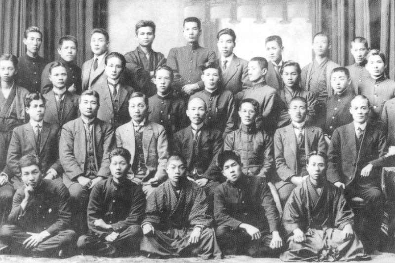 1920年蔡惠如、林獻堂與新民會成員東京合影,第二排左四蔡惠如,左五林獻堂。(玉山社提供)