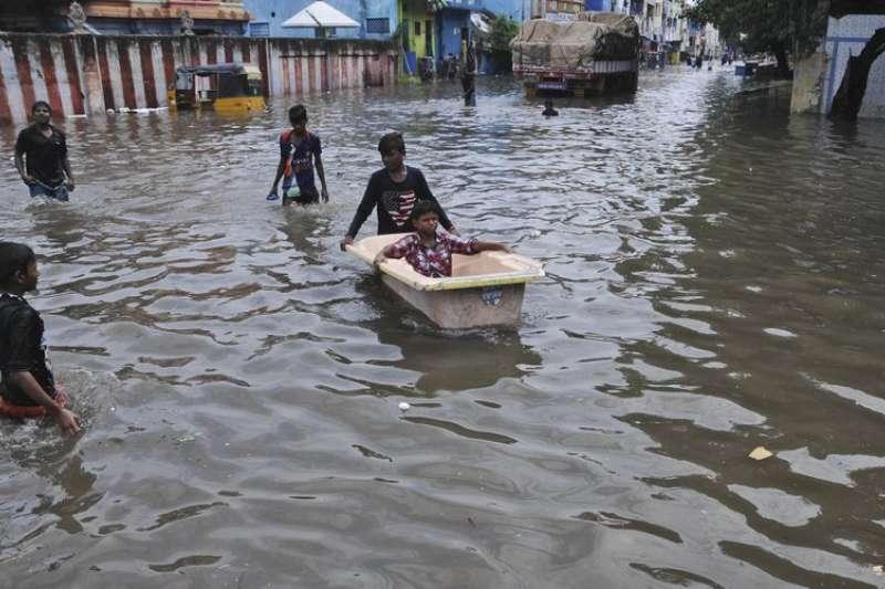 季節雨在印度引發了近年來最為嚴重的洪災及土石流,也破壞了當地的交通道路。(美聯社)