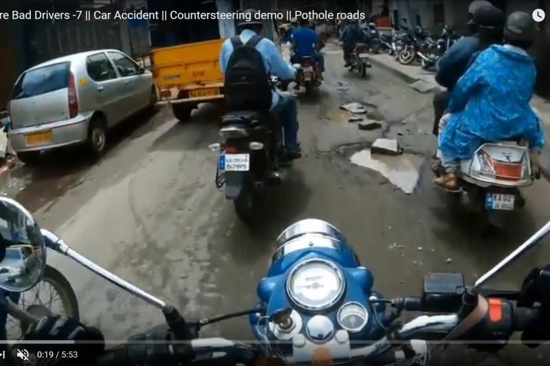 印度道路不平問題嚴重,今年已經造成多達500人喪命,佈滿坑洞水窪的道路成為邦加羅爾機車族的惡夢。(YouTube)