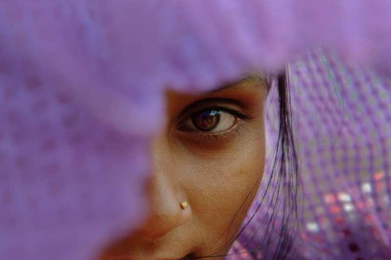 「蔓希」2012年13歲時在馬哈拉施特拉邦的火車站遭一名男子性侵。她向鐵路警察舉報,但嫌犯是來自地主社群的富裕人士。警察不但沒有代表蔓希採取行動,反而把她扣留12天,企圖強迫她撤告。 © 2014 Smita Sharma
