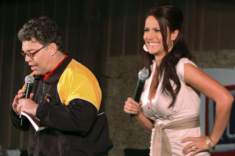 美國聯邦參議員法蘭肯(Al Franken)被指控性騷擾一位廣播節目女主持人崔登(Leeann Tweeden),還拍下照片(AP)