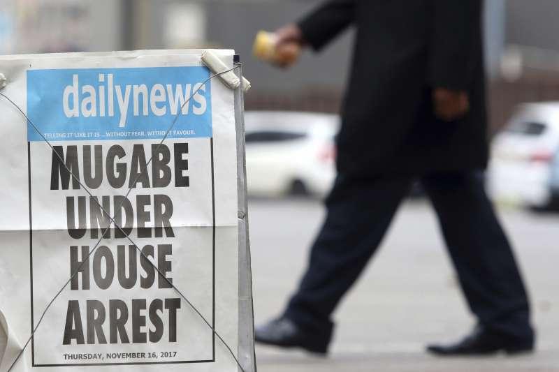 辛巴威媒體以斗大的標題寫著「穆加比被軟禁家中」。(美聯社)