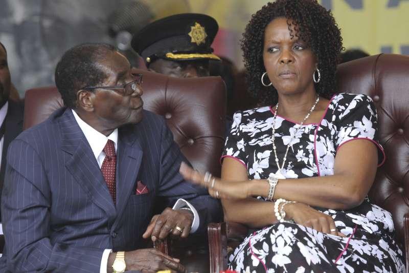 辛巴威總統穆加比(左)與第一夫人葛雷絲(右)。(美聯社)