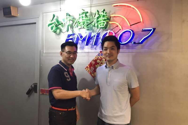 20171117-國民黨立委江啟臣(左)與蔣萬安(右)參加台中廣播訪問。(取自江啟臣臉書)
