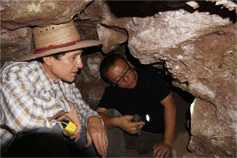 在2016年度的科潘遺址考古發掘中,李新偉和宏都拉斯考古學家荷西(Jorge Ramos)在隧道裡分析早期建築的結構。(社科院考古所)
