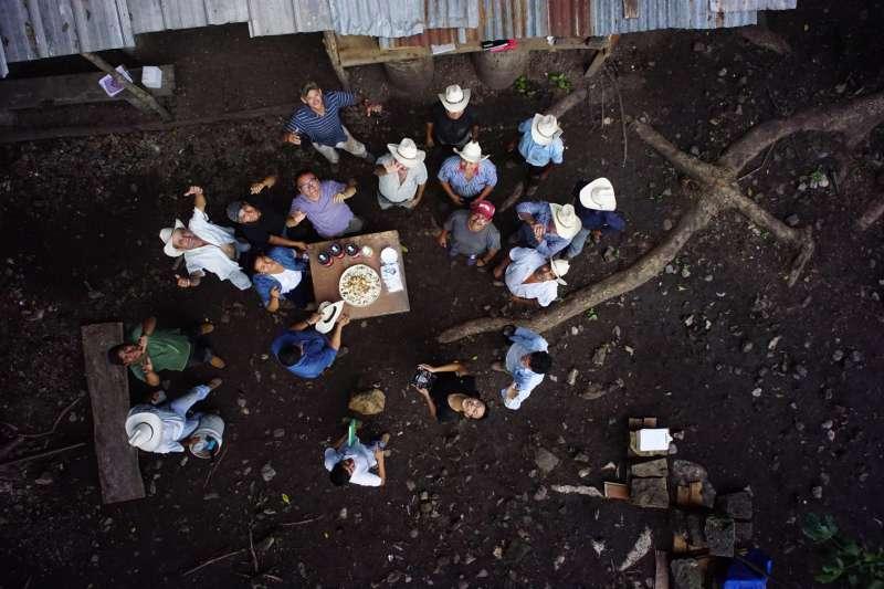 在科潘遺址的考古發掘間隙,中國考古學家和當地考古工作者在林間空地歡聚小憩。(社科院考古所)