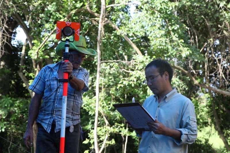 在科潘遺址的考古發掘現場,中方考古隊員正在指揮當地工人使用電子全站儀進行三維測繪。(社科院考古所)