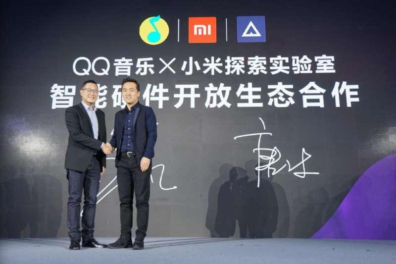11月9日,騰訊音樂娛樂集團副總裁侯德洋和小米生態鏈副總裁唐沐共同宣佈達成合作:騰訊QQ音樂和小米公司將聯合探索智慧硬體開放生態合作。(圖片來自網路)