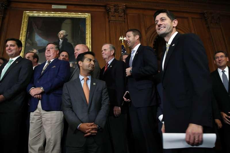 共和黨籍的眾院議長萊恩(右)在稅改法案過關後的記者會上,顯得意氣風發。(美聯社)