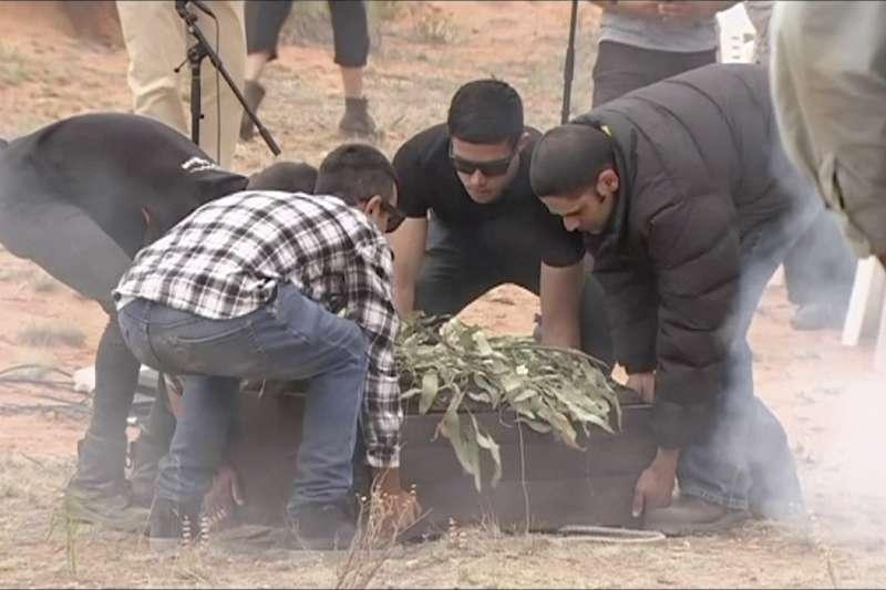 11月17日,澳洲的「蒙哥男人」終於回到新南威爾斯州的蒙哥湖畔沙丘,並獲得重新安葬(美聯社)
