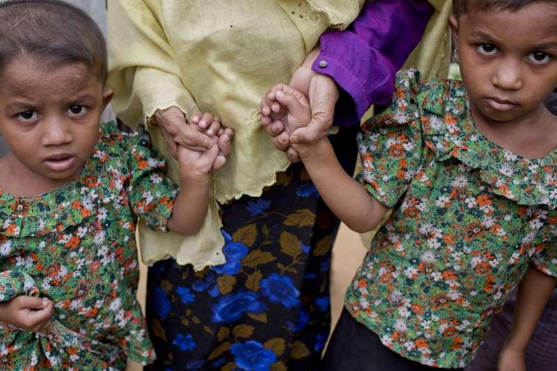 圖為逃至孟加拉難民營的羅興亞小孩。緬甸軍方全力鎮壓羅興亞族,至今逾60萬羅興亞難民逃至鄰國孟加拉。(美聯社)