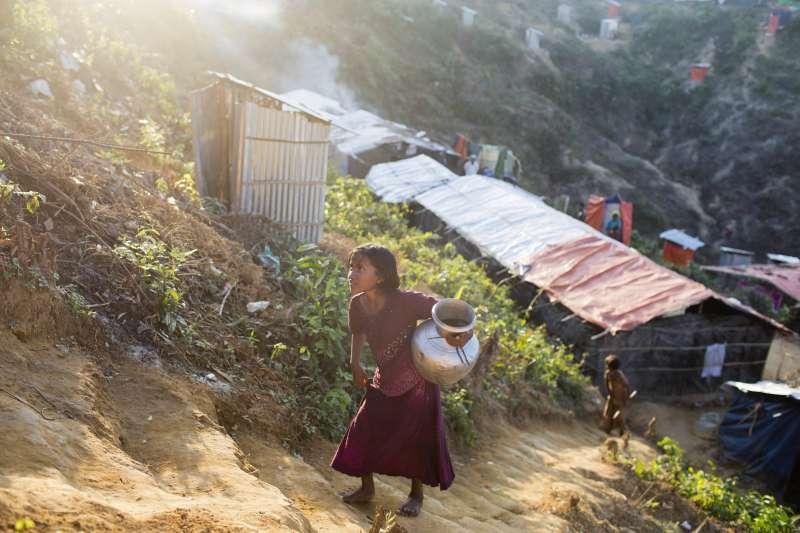 圖非當事人,無國界醫生統計,接受心理諮商和藥物治療的被強暴羅興亞女性,幾乎一半是18歲以下的女孩。(美聯社)