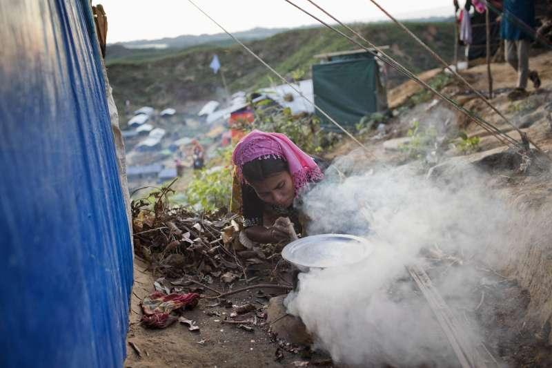 圖非當事人,緬甸軍方為了強迫羅興亞人離開家園,強暴、殺嬰、活活將人燒死,手段殘暴。(美聯社)