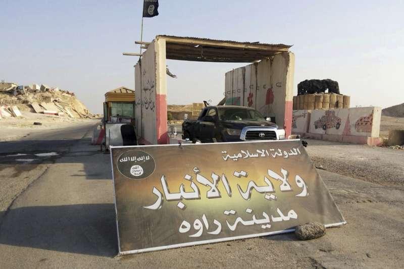 伊拉克收復最後1個被伊斯蘭國(IS)占據的城鎮拉瓦,圖為IS先前在拉瓦設置的崗哨(AP)