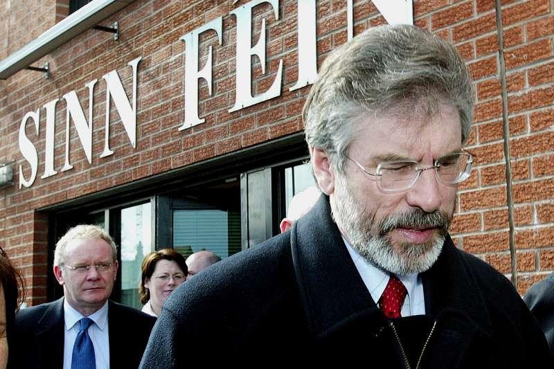 北愛爾蘭新芬黨領袖亞當斯與摯友麥吉尼斯(後)長期追求北愛爾蘭脫離英國、與愛爾蘭統一。(美聯社)