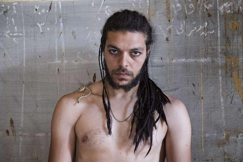 開羅的Fahd左肩上有一條寵物小蛇,一串黑色的辮子在他的右肩盤附。「他們很高興有人有興趣展示他們」Fahd說。(圖/Courtesy of Scarlett Coten)