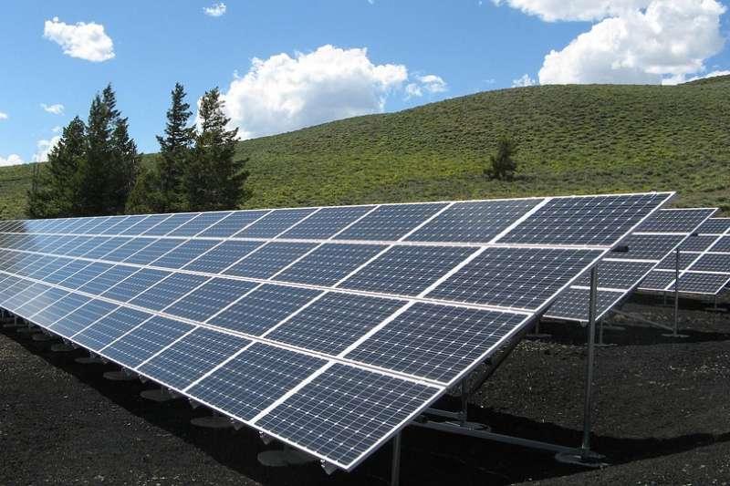 台電若「做莊」統一賣綠電,因一家獨大,難保不會扼殺民間綠電售電業的生存空間。圖為太陽能板。(資料照,skeeze@pixabay)