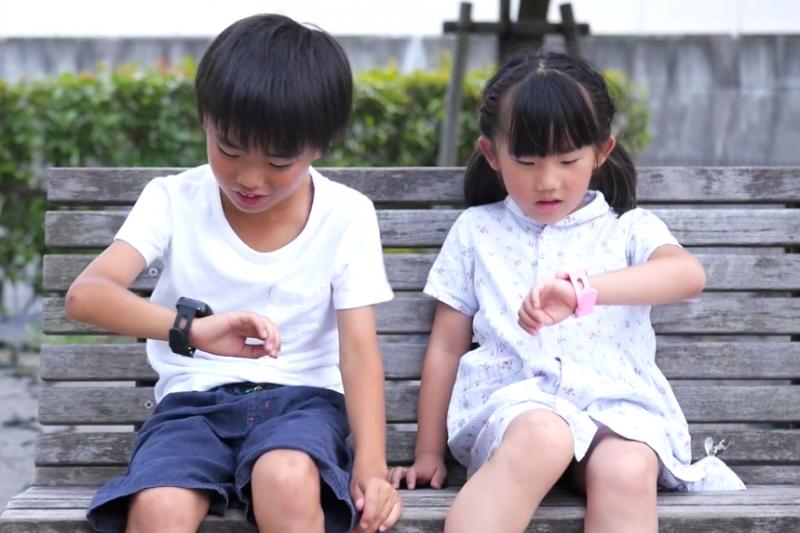 許多家長為了掌握孩子行蹤,為兒童購入智慧手錶,但德國聯邦網路局卻警告有隱私疑慮。(示意圖非本人/翻攝自youtube)