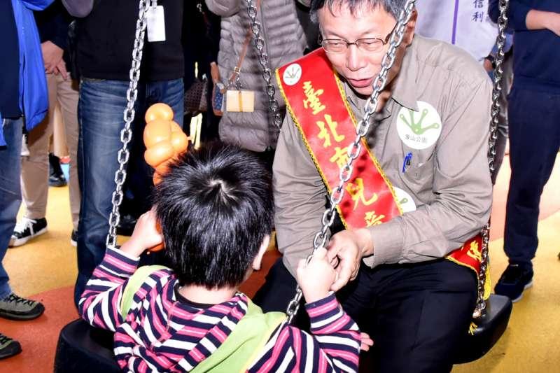 台北市柯文哲與現場小朋友一起玩雙人鞦韆,不亦樂乎。(台北市政府提供)