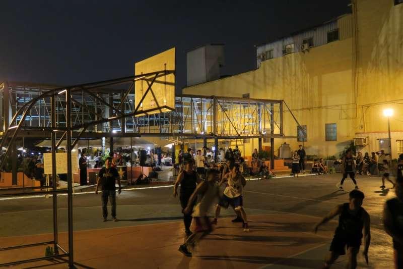 高雄哈瑪星巷弄裡成功改造的籃球場,成為年輕人的運動空間。(圖/高雄市政府都發局提供)
