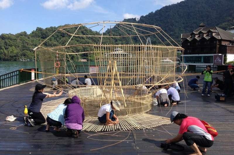 日月潭風管處規劃的第3梯次部落體驗假期的工作內容,以參與地景藝術設置為主,讓參加者跟著國際竹藝大師范承宗一起創作「魚筌」竹編。(圖/日月潭國家風景區管理提供)